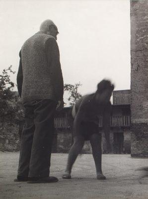 LACHOWICZ ANDRZEJ Mój ojciec na podwórku II [vintage print]