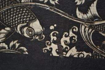 Karpie Koi pośród fal i kwiatów peoni, XVIII – XIX w. [Japoński szablon farbiarski]