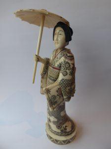 Gejsza z parasolką [rzeźba]